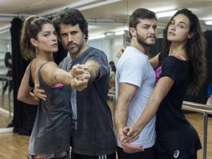 Priscila Fantin e Débora Nascimento fazem intensivão de dança
