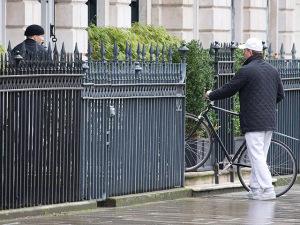 Rocco é flagrado em passeio com o pai Guy Ritchie em Londres