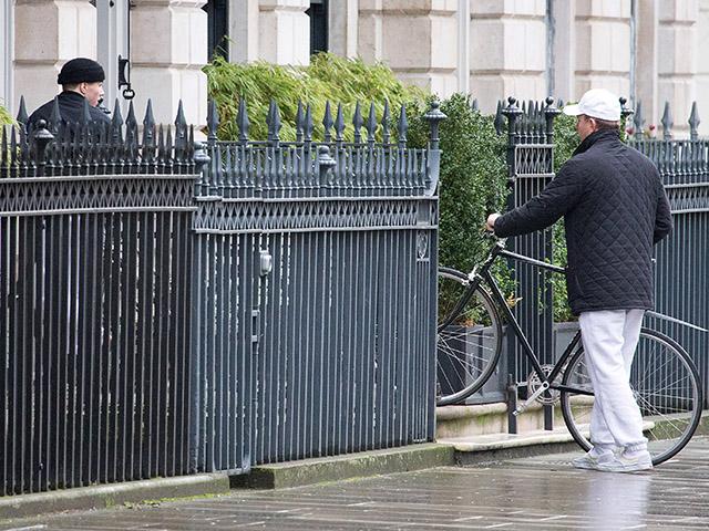 Rocco de forro preto e o pai Guy Ritchie de boné branco, neste sábado, em Londres