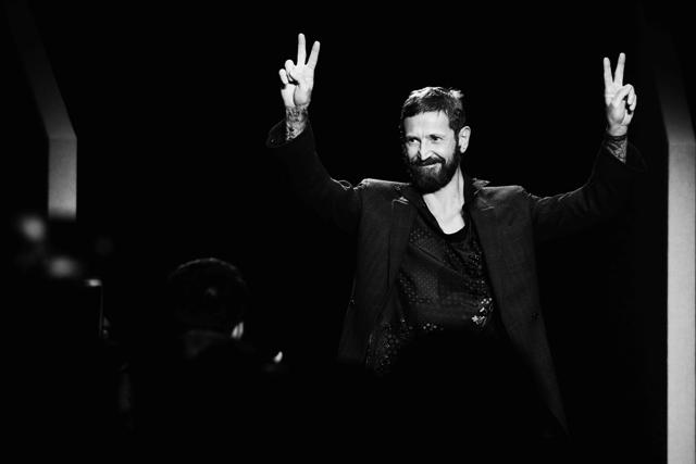 Stefano Pilati recebe os aplausos da plateia após o desfile de Ermenegildo Zegna na Semana de Moda Masculina de Milão
