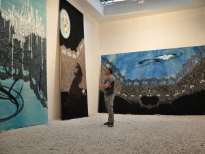 Artista abre exposição desenhando na pele dos convidados