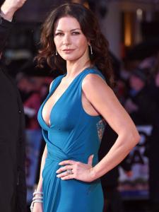 Catherine Zeta-Jones rouba a cena em première aos 46 anos