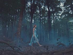 """Taylor Swift lança clipe de """"Out of the Woods"""" em pleno Réveillon"""