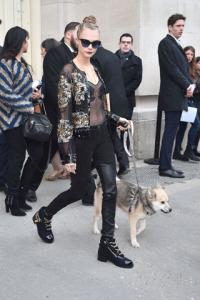Cara Delevingne muito bem acompanhada na fila A da Chanel
