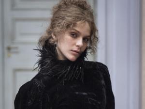 """Isabella Santoni usa vestido cheio de história em """"Ligações Perigosas"""""""