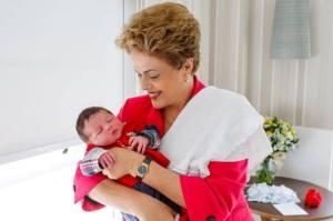 Dilma Rousseff divulga nas redes foto do neto recém-nascido