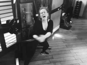 Adele mostra determinação e sofrência para manter a boa forma