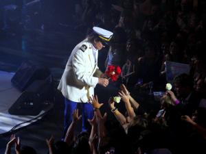 E la nave va! Roberto Carlos canta em navio com plateia estrelada