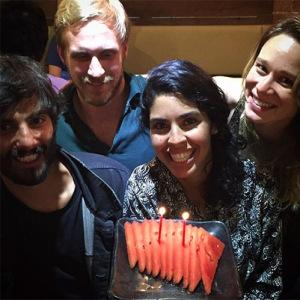 Bela Gil comemora aniversário na Austrália com bolo de melancia