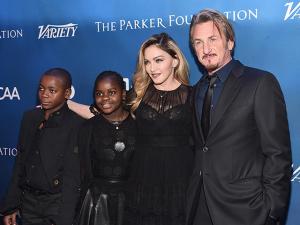 Madonna e trupe de famosos em gala beneficente de Sean Penn