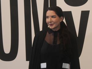 """Marina Abramovic agora quer """"curar"""" os gregos. Vem entender essa!"""