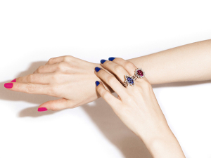 Designer Julia Blini aposta em joias autorais que vão além do luxo óbvio