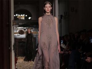 Vestido de Alta-Costura Valentino leva 2 mil horas para ficar pronto