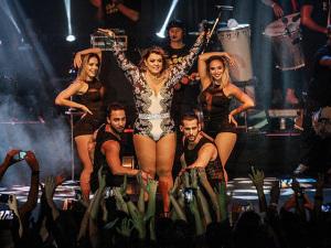 Após críticas, Preta Gil volta a usar maiô no palco em São Paulo