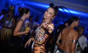 De Grazi a Sophie Charlotte de barrigão de fora no Baile do Sarongue, no Rio