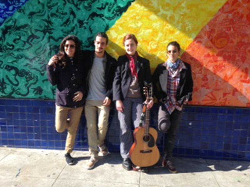 Ainda em São Francisco, Marina, Clara e Caio posam com a guia Ozy Oskan, que mostrou ao grupo a famosa Haight Street, onde os primeiros hippies surgiram nos anos 60