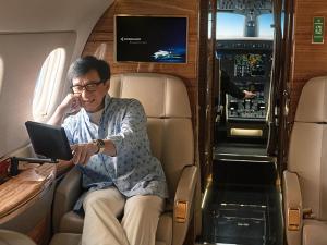 O novo jatinho de Jackie Chan vale… R$ 79 milhões. Vem saber!