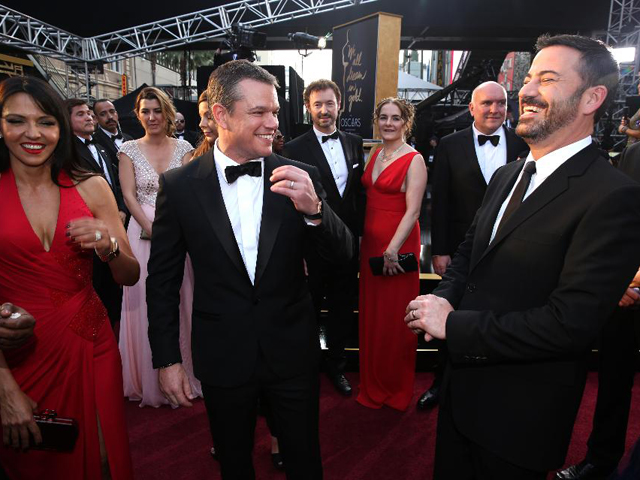 Matt Damon desfila no tapete vermelho com relógio milionário