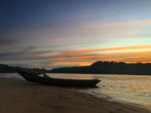 Isis Valverde curte férias na Bahia em clima poético à la Drummond
