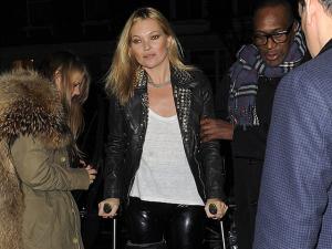 Mesmo de muletas, Kate Moss vai a festa em Londres sem sair do salto