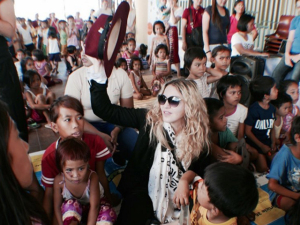 Madonna faz visita a orfanatos em sua passagem pelas Filipinas