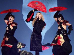Madonna chega ao Japão saudando os fãs e vestida à la guerreira moderna