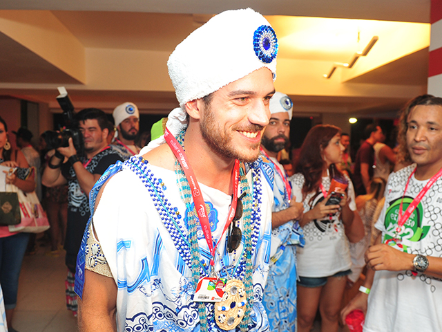 Marcos Pigossi vestido de filho de Gandhy