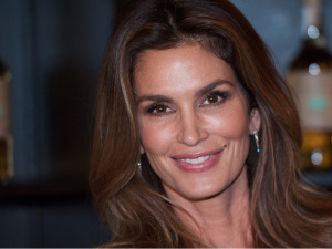 Cindy Crawford se aposenta do mundo da moda mas segue faturando
