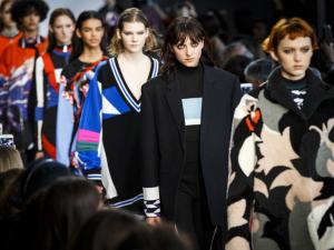 Explosão de cores e estampas dão o tom do desfile de inverno de Emilio Pucci