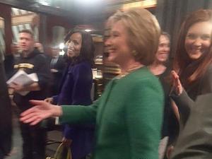 """Hillary Clinton supreende atores de """"Scandal"""" em visita aos bastidores"""