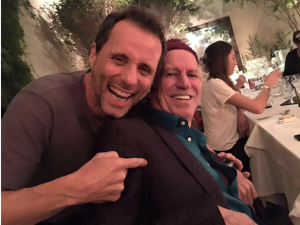 Tony Bellotto tieta Keith Richards em restaurante paulistano