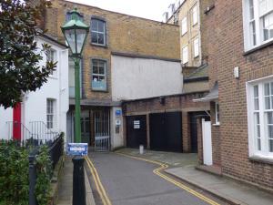 Garagem em Londres é posta à venda por quase R$ 3 milhões