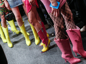 Melissa assina botas cowboy do desfile de Jeremy Scott