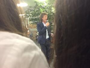Mick Jagger dá o texto em cerimônia da escola do filho em SP. Play!