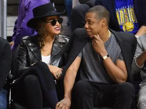 Beyoncé assiste jogo da NBA com look inspirado em Michael Jackson