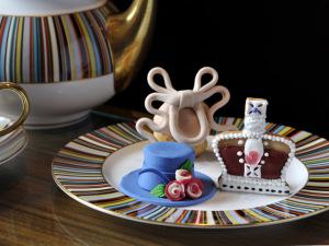 Confeitaria em Londres lança doces inspirados nos acessórios de Elizabeth II