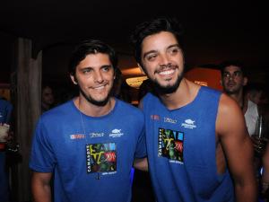 Em Salvador, Bruno Gissoni, Rodrigo Simas e os truques para cair na folia