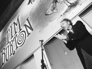 Tim Burton dá o seu alô e circula por cocktail no MIS