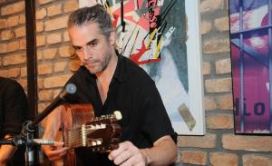 André Trindade faz pocket-show especial no restaurante José