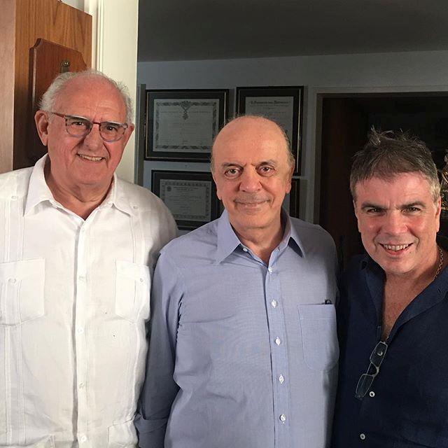 """""""Três Constituintes de 88 se encontram para comemorar o aniversário de José Serra"""", escreveu Flávio Rocha em seu Instagram, ao lado do ex-ministro Nelson Jobim"""