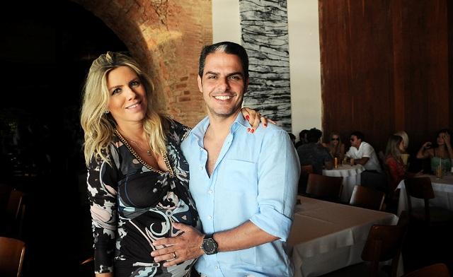 Samara e Marcelo Checon recebem convidados para o show do Maroon 5 neste sábado