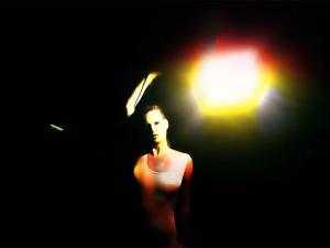 Kate Moss reina absoluta em novo clipe do Massive Attack. Play aqui!