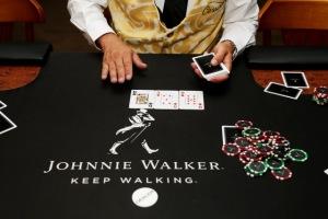 Johnnie Walker arma experiência para reunir amigos com whisky e pôquer