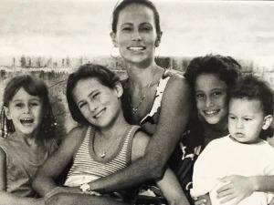 Charllote Dellal, Georgia Jagger e outras famosas homenageiam suas mães