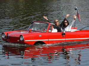 Guilhermina Guinle e Angélica em rolê com carro anfíbio