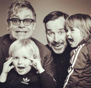Elton John diz que não vai deixar toda sua fortuna para os filhos