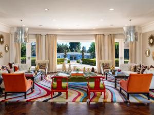 Fundador da BCBG coloca à venda mansão de 9 mil m² em LA