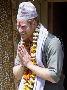 Harry imita tigre e usa roupa tradicional em passagem pelo Nepal