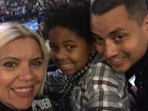 Astrid Fontenelle e família assistem a jogo de basquete em NY