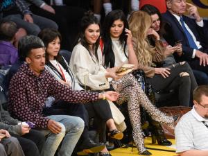 Kendall e Kylie Jenner colocam as pernas para jogo em partida de basquete
